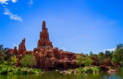Stor åskabergberg-och dalbana i Disneyland Paris arkivfoto