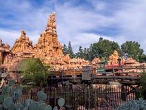 Stor åskabergjärnväg på Disneyland parkerar arkivbild