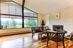 Stor öppen vardagsrum med vitt tegelstenspis och ädelträ f Arkivfoto