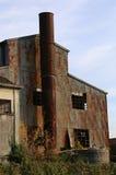 stor abbandoned fabrik med den höga lampglaset i Östeuropa Royaltyfri Bild