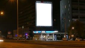 Stor affischtavla på huvudvägen vid natt