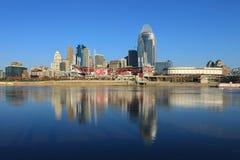 Stor amerikansk basebollarena i Cincinnati över Ohioet River Royaltyfria Bilder