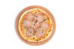 Stor aptitretande pizza på en träminnestavla royaltyfri fotografi