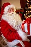 Stor ask för för Santa Claus sammanträde och innehav med gåvan Fotografering för Bildbyråer