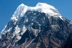 stor avståndsförgrundshochwart mt vaggar toppmötet Langshisha Ri från den Langtang dalen, Himalayas, Nepal Royaltyfri Fotografi