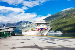 Stor avvikelse för kryssningskepp i porten av Flam till Stavanger, i solig sommardag, Norge Arkivbilder