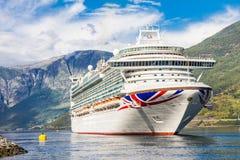 Stor avvikelse för kryssningskepp i porten av Flam till Stavanger, i solig sommardag, Norge Arkivbild