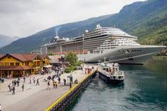 Stor avvikelse för kryssningskepp i porten av Flam till Stavanger, i solig sommardag, Norge Royaltyfria Foton
