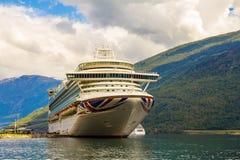 Stor avvikelse för kryssningskepp i porten av Flam till Stavanger, i solig sommardag, Norge Royaltyfri Bild