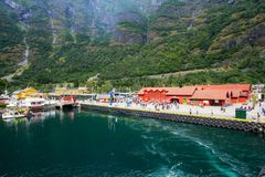Stor avvikelse för kryssningskepp i porten av Flam till Stavanger, i solig sommardag, Norge Royaltyfria Bilder