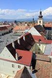 Stor bästa sikt för för fyrkant, kyrklig och röd tak, i Sibiu, Rumänien arkivbild