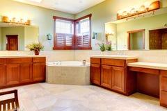 Stor badrum med dubbla wood skåp Arkivfoton