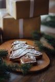 Stor bakad julgran som ligger på tabellen Arkivfoto