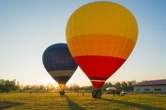 Stor ballong som två är klar att ta av Royaltyfri Bild