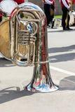 Stor bas- tuba på trottoarbakgrund under avbrottet av mest orchest Arkivfoto