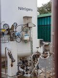 Stor behållare var gasformigt grundämne lagras i ett sjukhus Tryckindikatorer arkivbild