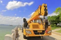 Stor bilkran på sjösidan av gulangyuön Royaltyfria Bilder