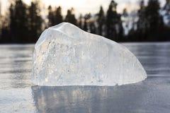 Stor bit av is i den djupfrysta sjön Arkivfoton