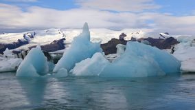 Stor bit av is som svävar i den is- sjön Jokulsarlon, Island stock video