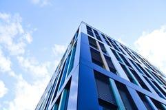 Stor blå byggnad med himlen över royaltyfri bild