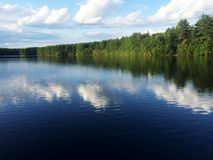Stor blått avskild sjö Arkivfoto