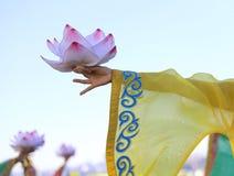 stor blommalotusblomma i händerna av den unga orientaliska dansaren Fotografering för Bildbyråer
