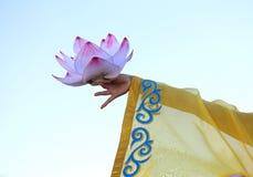 stor blommalotusblomma som stöttas av händerna av den orientaliska dansaren Royaltyfri Bild