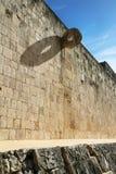 Stor bolldomstol och tempel av den skäggiga mannen, Chichen Itza, Mexico Arkivfoton