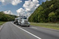 Stor bränslelastbil på huvudvägen Arkivbild