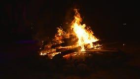 Stor brand på natten arkivfilmer