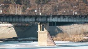 Stor bro som transporten flyttar sig på stock video