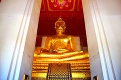 Stor Buddha av den Wihan Phra Mongkhon Bophit templet Arkivfoton