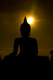Stor Buddha för kontur på solnedgångbakgrund i Phichit, Thailand Royaltyfria Foton