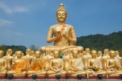 stor buddha guld- staty fotografering för bildbyråer