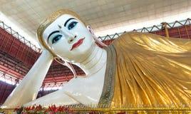 Stor Buddha i Myanmar, Kyauk Htat Gyi (Yangon, Myanmar) arkivbild