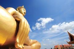 Stor Buddha i tempel Arkivfoto