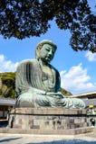 Stor Buddha Kamakura, vitt moln, blå himmel Royaltyfria Bilder