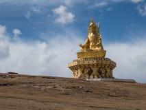 Stor Buddha på gräskullen på Yarchen Gar Monastery i Garze T Royaltyfria Foton