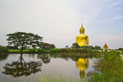 Stor Buddha på Wat Mung, Thailand Arkivbilder