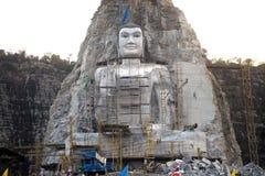 Stor Buddha som snidas på klippan i Thailand Arkivfoton