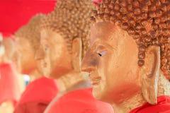 Stor buddha staty, guld- buddha statyMakhabucha dag, Visakabu Arkivbild
