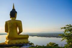 Stor buddha statysolnedgång i Laos Royaltyfria Bilder