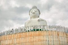 Stor Buddhamonument på ön av Phuket i Thailand Arkivfoton