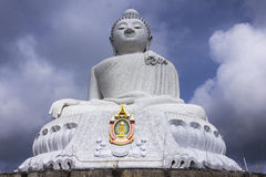 Stor Buddhamonument på ön av Phuket i Thailand Arkivfoto