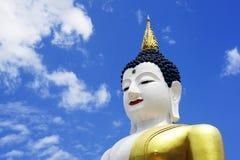 Stor Buddhastaty på bakgrund för blå himmel Fotografering för Bildbyråer