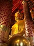 Stor Buddhastaty på den Wat Phanan Choeng templet arkivbilder