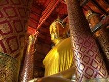 Stor Buddhastaty på den Wat Phanan Choeng templet royaltyfri fotografi
