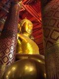 Stor Buddhastaty på den Wat Phanan Choeng templet arkivfoto