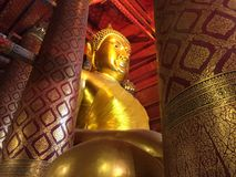 Stor Buddhastaty på den Wat Phanan Choeng templet arkivbild