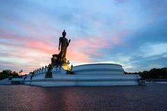 Stor Buddhastaty på parkera i sussettid Royaltyfri Bild